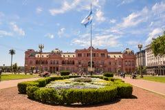 Casa Rosada Plaza de Majo στο Μπουένος Άιρες με τον τουρίστα στο s Στοκ Φωτογραφία