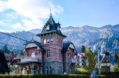 Casa rosada vieja hermosa en la montaña Imagenes de archivo