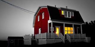 Casa rossa, indicatore luminoso giallo fotografia stock