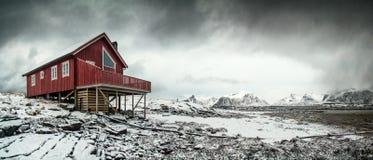 Casa rossa isolata nel paesaggio artico Fotografia Stock Libera da Diritti
