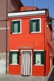 Casa rossa luminosa sull'isola di Burano Fotografia Stock Libera da Diritti
