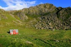 Casa rossa nelle isole di Lofoten, Norvegia Fotografia Stock Libera da Diritti