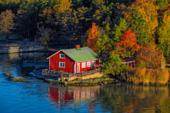 Casa rossa sulla riva rocciosa dell'isola di Ruissalo, Finlandia Fotografie Stock