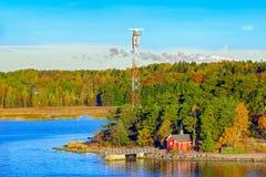 Casa rossa sulla riva rocciosa dell'isola di Ruissalo, Finlandia Fotografia Stock Libera da Diritti