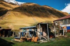Casa rovinata contro la collina marrone in Georgia Fotografia Stock