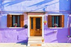 Casa roxa colorida na ilha de Burano perto de Veneza, Itália Lugar do turista de Famus Fotos de Stock Royalty Free