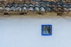 Casa rumana auténtica del pueblo construida con los bio materiales naturales y las técnicas antiguas en arquitectura tradicional  Fotografía de archivo libre de regalías