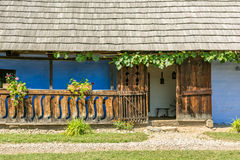 Casa rumana tradicional del pueblo fotografía de archivo libre de regalías