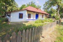 Casa rumana tradicional vieja imagenes de archivo