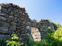 Casa rural abandonada después del eruptio del Etna del volcán Imagen de archivo libre de regalías