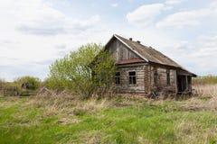 Casa rural abandonada vieja en el pueblo ruso Fotos de archivo