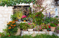 Casa rural adornada con las flores en potes Imagen de archivo libre de regalías