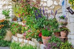 Casa rural adornada con las flores en potes, Gourdon Imagenes de archivo