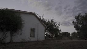 Casa rural branca no crepúsculo video estoque
