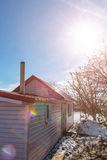 A casa rural com ferro vermelho telhou a telha de telhado Imagem de Stock