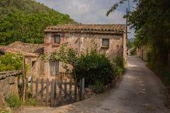 Casa rural en el camino local Imágenes de archivo libres de regalías