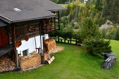 casa rural en las montaas italianas con los firewoods imagen de archivo