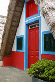 Casa rural pequena com um telhado cobrido com sapê triangular madeira Imagem de Stock