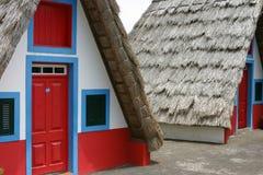 Casa rural pequena com um telhado cobrido com sapê triangular madeira Fotos de Stock