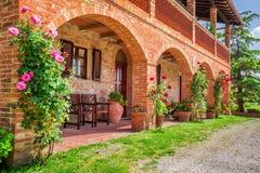 Casa rurale della Toscana di estate immagini stock