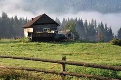 Casa rurale e vecchia automobile Immagini Stock