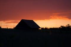 Casa rurale semplice al tramonto Fotografia Stock Libera da Diritti