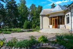 Casa rurale sola in un'abetaia fotografia stock libera da diritti