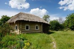 Casa rurale ucraina tradizionale con il tetto del fieno, Pirogovo, Europa Fotografia Stock Libera da Diritti
