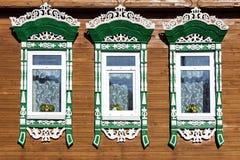 Casa rusa de la fachada con los arquitrabes tallados Imagen de archivo
