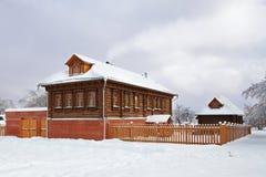 Casa rusa de madera en el invierno cubierto con nieve Fotos de archivo libres de regalías