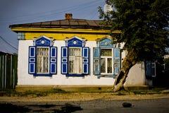 Casa rusa del pueblo fotos de archivo