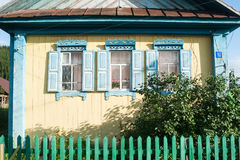 Casa rusa en el pueblo imagenes de archivo
