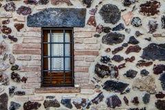 Casa rustica della finestra con le inferriate Protezione dai ladri fotografia stock libera da diritti