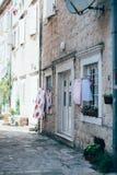 Casa rustica vecchia con le porte e la lavanderia bianche Fotografia Stock
