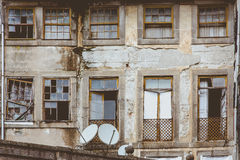 Casa sórdida vieja de la pared delantera en Oporto, Portugal Imagen de archivo libre de regalías