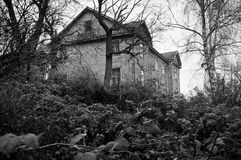 Casa scura sola sulla collina Fotografie Stock