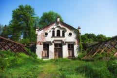 Casa señorial abandonada en herboso Imagen de archivo libre de regalías