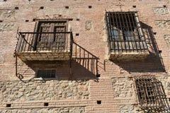 Casa senhorial dianteira com balcão de madeira e cerco do ferro do celosia das janelas do ferro dois foto de stock royalty free