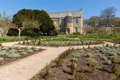 A casa senhorial e os jardins Isabelinos bonitos BRITÂNICOS de Newquay Cornualha Inglaterra da casa de Trerice na mola ensolarada Foto de Stock Royalty Free
