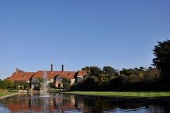 Casa signorile inglese con la fontana Fotografia Stock Libera da Diritti