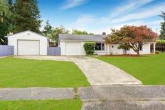 Casa simple exterior en el color blanco Imagen de archivo