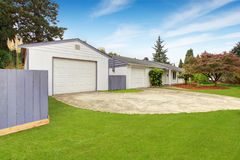 Casa simples exterior na cor branca Imagens de Stock Royalty Free