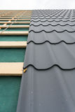 Casa sob a construção Telhado com telha do metal, chave de fenda e ferro do telhado Fotografia de Stock Royalty Free