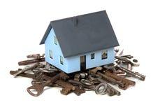 Casa sobre chaves oxidadas velhas Imagens de Stock Royalty Free