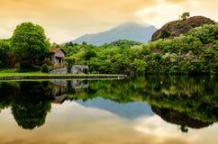 Casa sobre el lago Fotos de archivo libres de regalías