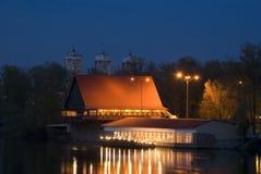 Casa sobre el río en la noche Foto de archivo libre de regalías
