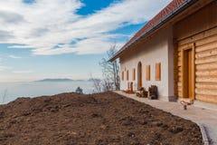 Casa sobre la niebla foto de archivo libre de regalías