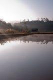 Casa sola al lado del lago Fotografía de archivo