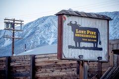 Casa sola del fumo del pino nel villaggio storico del pino solo - PINO SOLO CA, U.S.A. - 29 MARZO 2019 fotografia stock libera da diritti