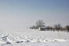 Casa sola en el campo del invierno. Imágenes de archivo libres de regalías